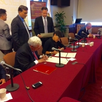 Commerce Secretary Penny Pritzker signs a strategic partnership agreement between the Commerce Department and the USC Marshall Center for Global Supply Chain Management.